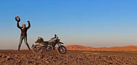 Día 15 - Alicia Sornosa y El País Viajes - Con las dunas de Merzouga al fondo_BLOG